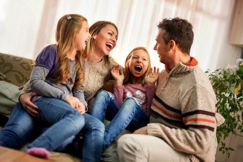 familie med glade børn