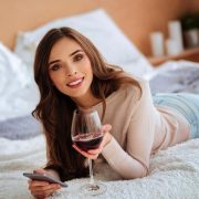 pige med et godt glas vin